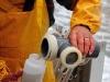 Vedette océanographique Albert Lucas : la bouteille de prélèvement est vidée
